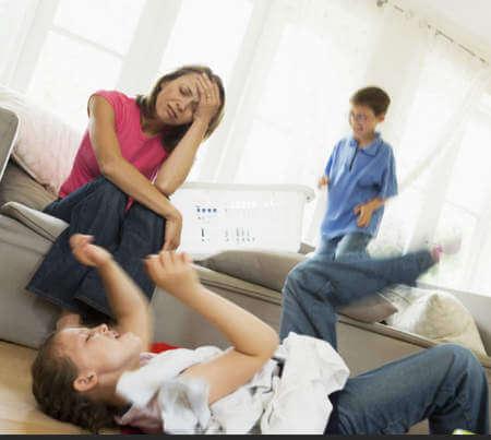Уставшая мама с детьми