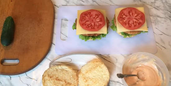 Чисбургер с куриной котлетой