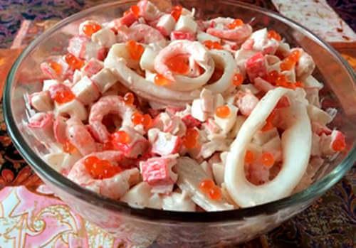 Салат на новый год с креветками, кальмарами и крабовыми палочками